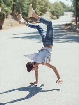 Giovane uomo break dance sulla strada