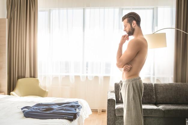 Sistemazione in una camera d'albergo di un giovane viaggiatore d'affari?