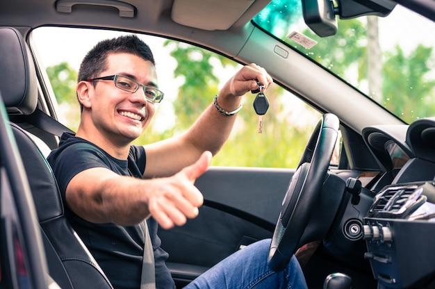 Giovane uomo in macchina