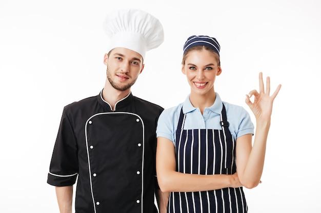 Cuoco unico del giovane in uniforme nera e cappello bianco sognante