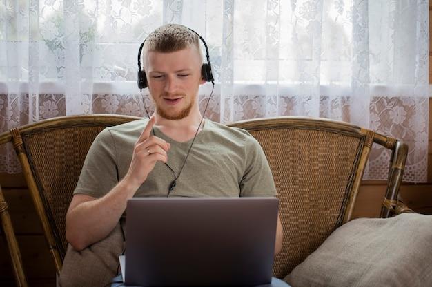 Il giovane comunica con i parenti tramite videoconferenza utilizzando un laptop