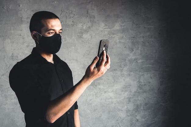 Giovane uomo in maschera usa e getta