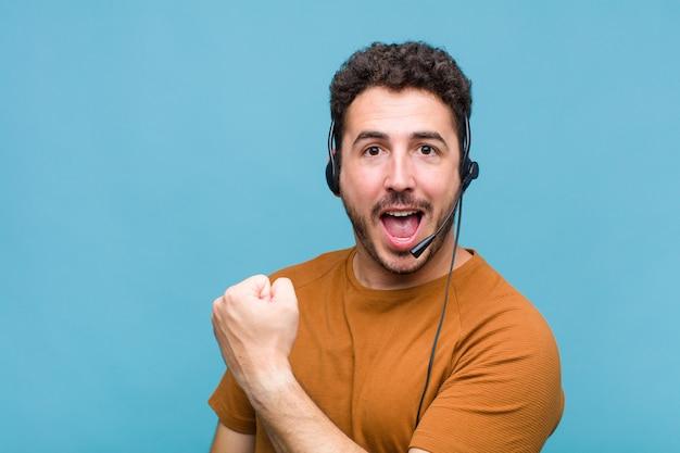Giovane che si sente felice, positivo e di successo, motivato quando affronta una sfida o celebra buoni risultati