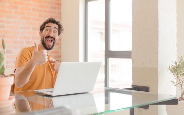 Giovane che si sente orgoglioso spensierato fiducioso e felice sorridente positivamente con i pollici in su