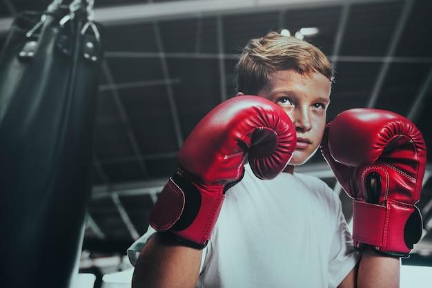 Giovane che si prepara per la boxe