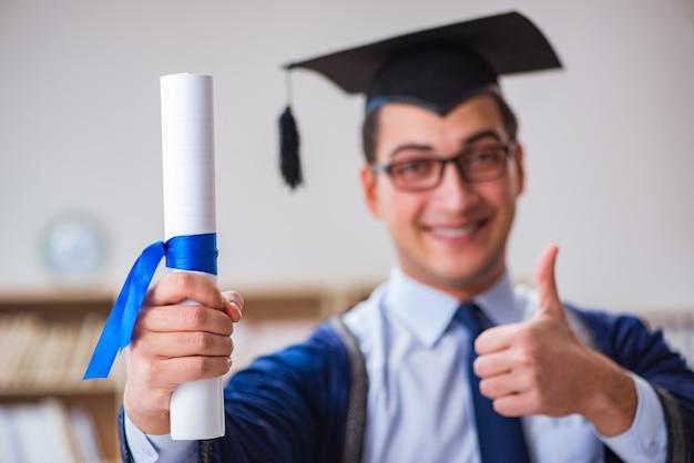 Giovane che si laurea all'università