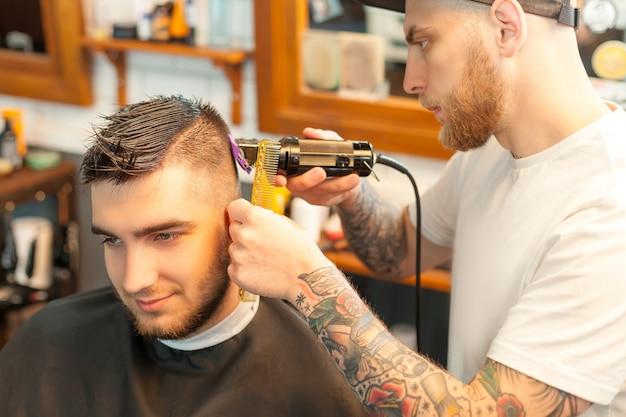 Giovane che ha i capelli tagliati