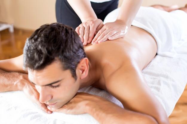 Giovane che ha un massaggio