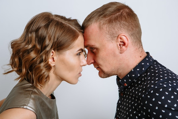 Un giovane e la sua ragazza appoggiano la testa l'uno contro l'altro.