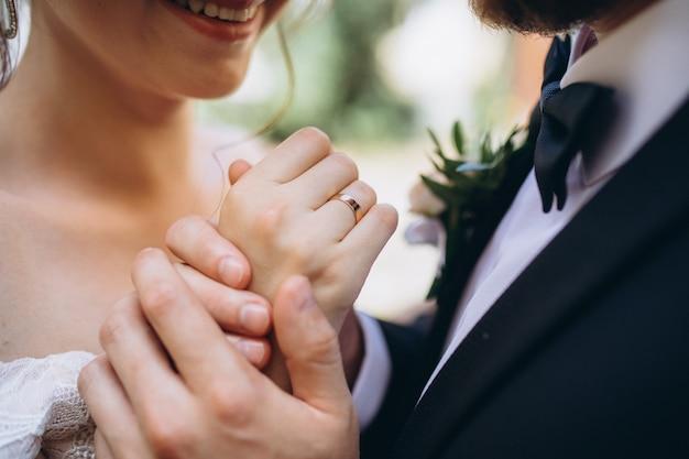 Giovane che tiene le mani di una bella donna