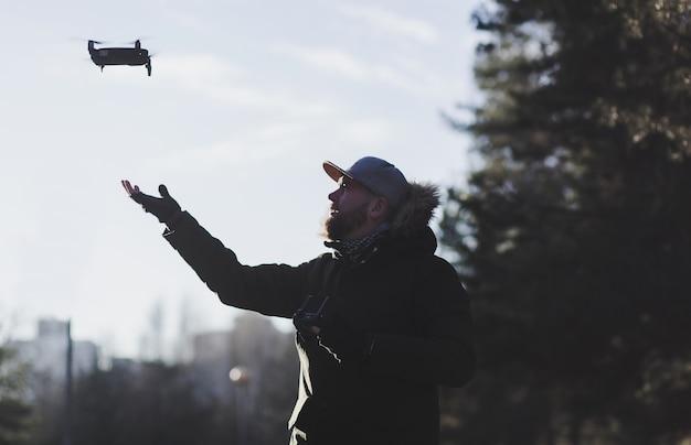 Il giovane tiene un drone dopo un volo.