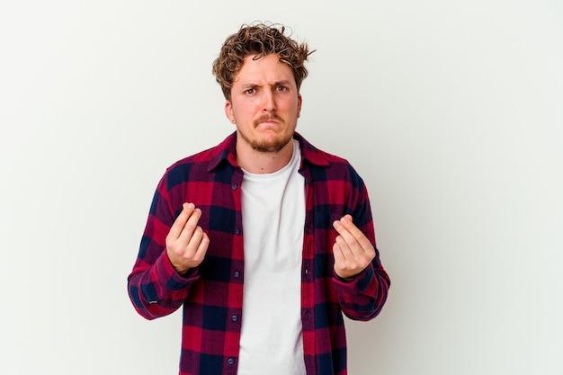 Giovane uomo isolato sul muro bianco che mostra che non ha soldi