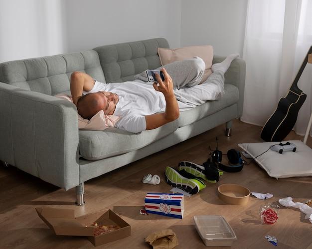 Giovane in isolamento domiciliare