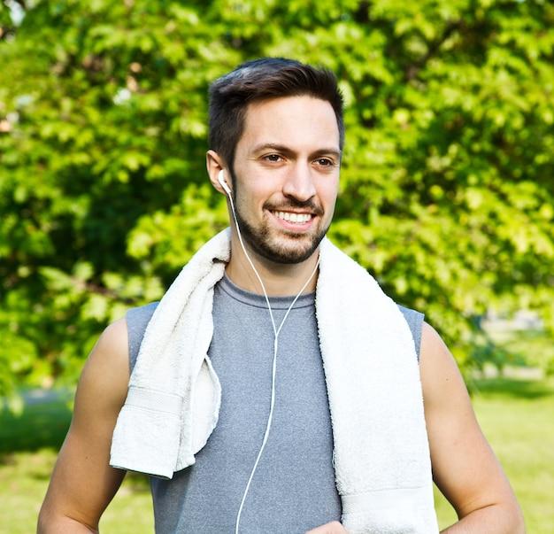 Giovane che pareggia nel parco. salute e fitness.