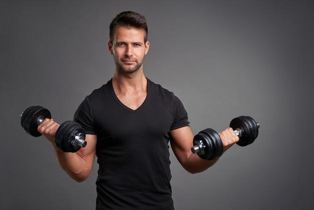 Giovane uomo sollevamento pesi