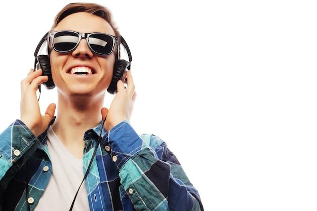 Giovane che ascolta la musica isolata su white