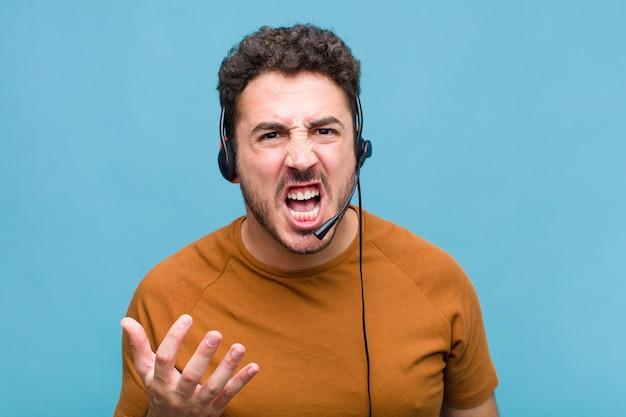 Giovane che sembra arrabbiato, infastidito e frustrato urlando o cosa c'è che non va in te