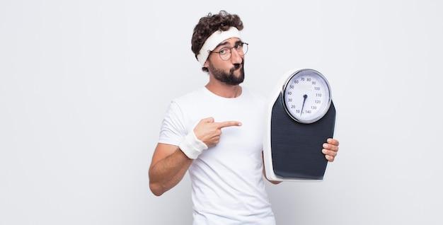 Il giovane che sembra impaziente e arrabbiato, indica l'orologio, chiede puntualità, vuole essere puntuale