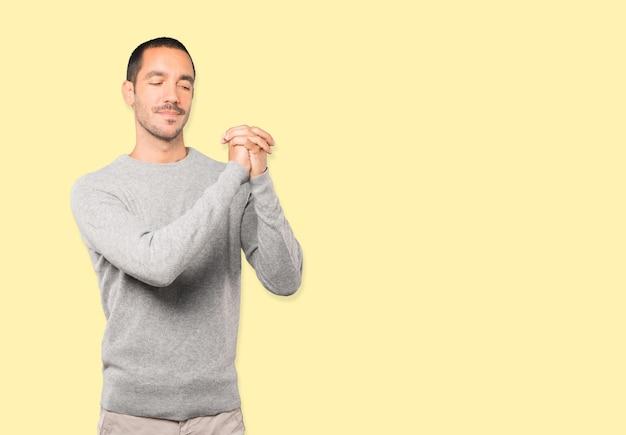 Giovane che fa un gesto di lavoro di squadra con le sue mani
