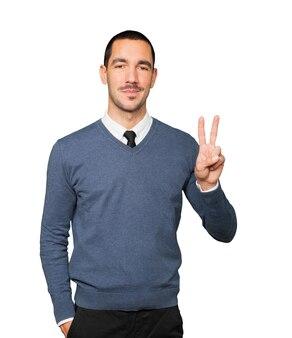 Giovane che fa un gesto di numero due