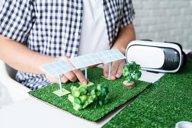 Giovane che fa manichino di progetto di energia rinnovabile