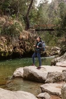 Giovane uomo in natura al fiume
