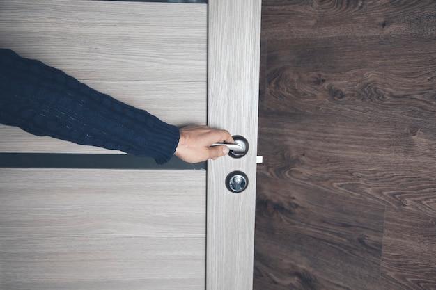 Giovane uomo che apre la porta della camera