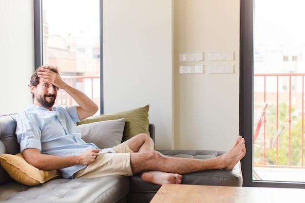 Giovane uomo in preda al panico per una scadenza dimenticata, sentirsi stressato, dover coprire un pasticcio o un errore