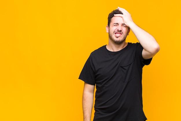 Giovane uomo in preda al panico per una scadenza dimenticata, sentendosi stressato, dovendo coprire un pasticcio o un errore