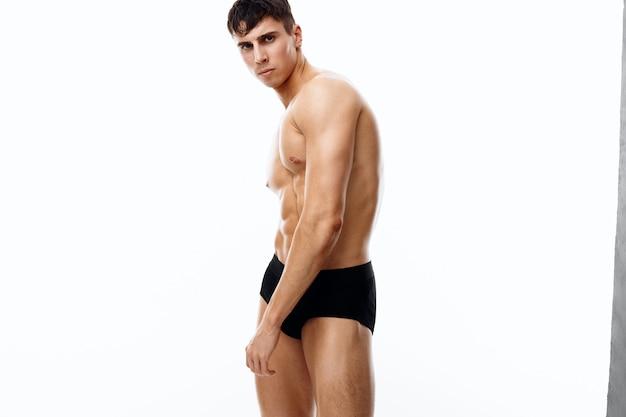 Giovane uomo in mutandine torso nudo modello bodybuilder fitness