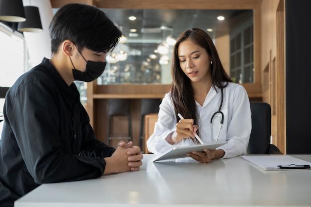Paziente del giovane che ha consultazione con il medico in ospedale.