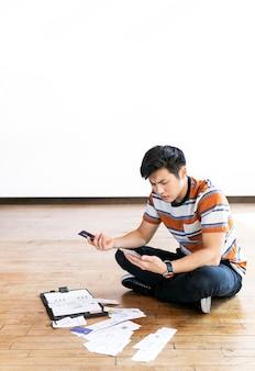 Giovane che paga le bollette online tramite internet banking