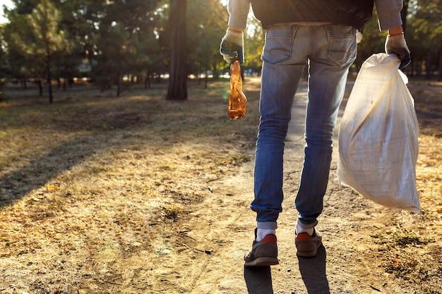 Giovane uomo raccogliendo spazzatura