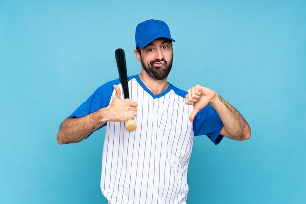 Giovane che gioca a baseball sopra il segno buono-cattivo di fabbricazione blu isolato. indeciso tra sì o no
