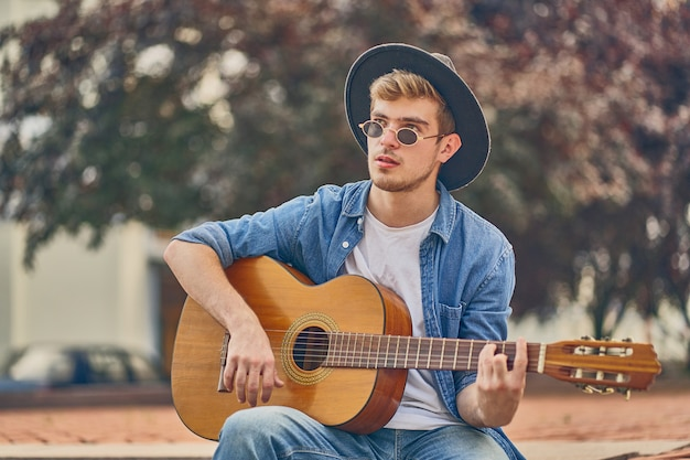 Giovane che suona la chitarra