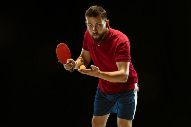Giovane che gioca a ping-pong sul nero