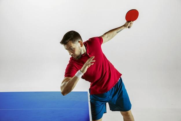 Giovane che gioca a ping-pong