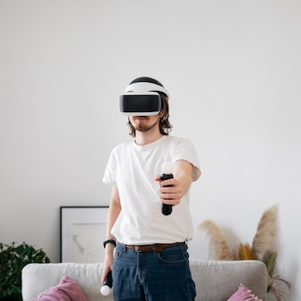 Giovane che gioca un gioco di realtà virtuale