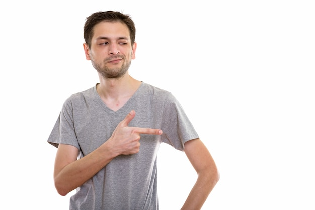 Giovane uomo che punta il dito e guardando al lato