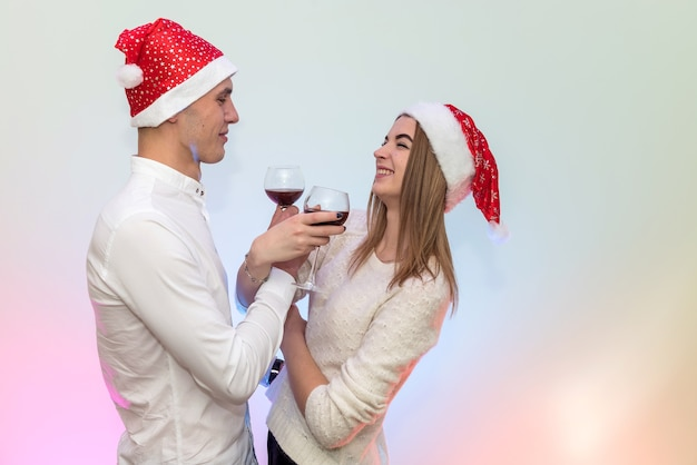 Giovane che versa vino nei bicchieri alla sua ragazza. concetto di celebrazione di san valentino