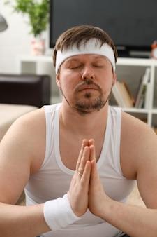 Un giovane che pratica yoga e pilates