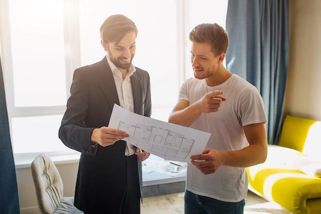 Giovane e agente immobiliare con il modello