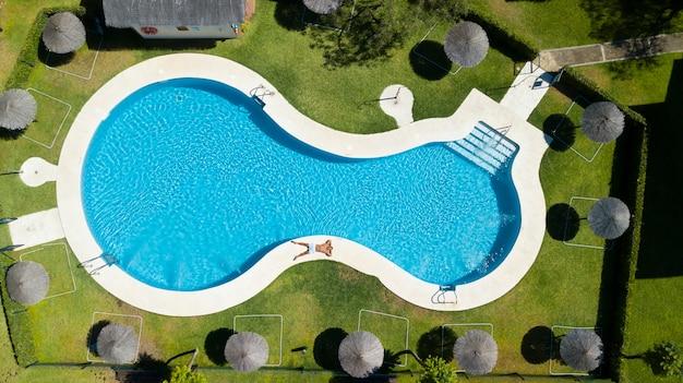 Giovane che si rilassa in piscina