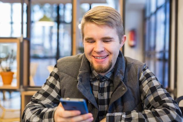 Il giovane ha visto qualcosa di divertente nello smartphone.