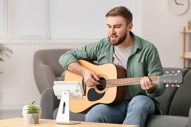Giovane che prende lezioni di musica online a casa