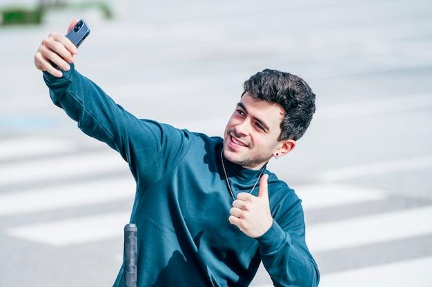 Giovane che cattura una foto con lo smartphone