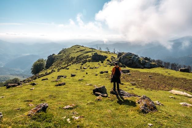 Un giovane sulla cima del monte adarra a urnieta, vicino a san sebastian. gipuzkoa, paesi baschi. foto verticale