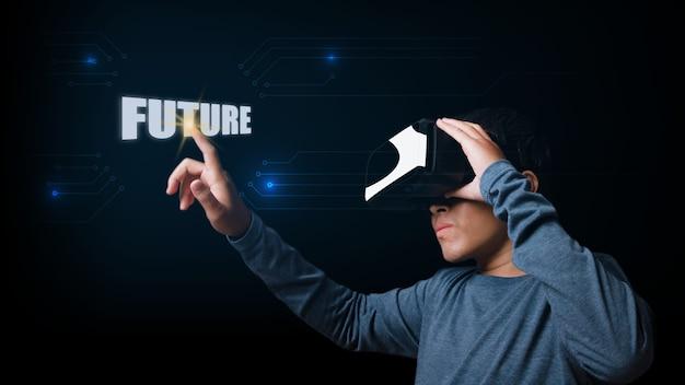 Giovane che utilizza le cuffie da realtà virtuale toccando lo schermo virtuale con la parola futuro. concetto di innovazione futura.