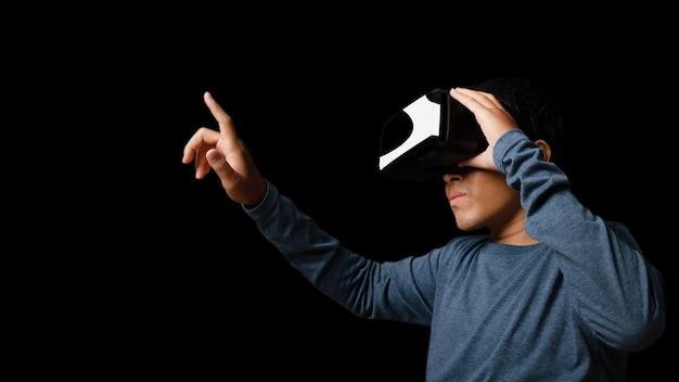 Giovane che utilizza le cuffie da realtà virtuale. vr, futuro, concetto online di tecnologia. sfondo scuro.
