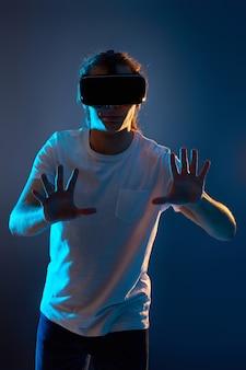 Giovane che utilizza le cuffie da realtà virtuale. gadget vr